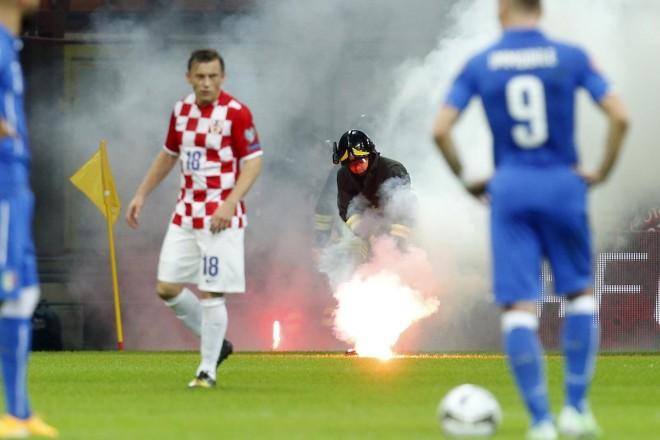 Une croix gammée dessinée sur la pelouse du match disputé entre l'Italie et la Croatie