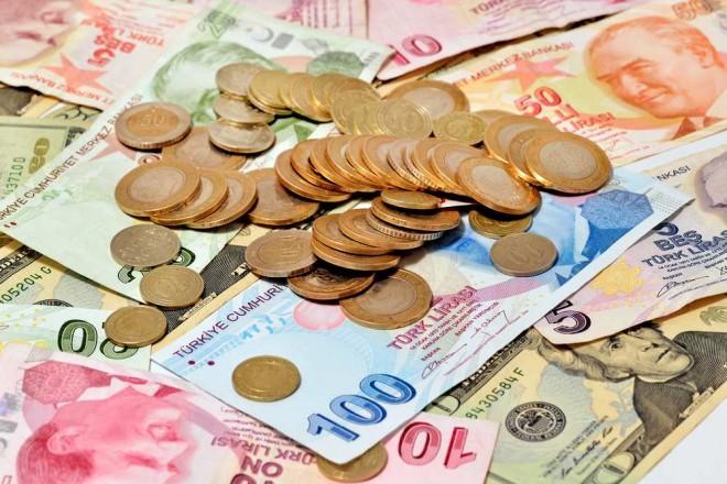 La livre turque décroche de 2% face au dollar