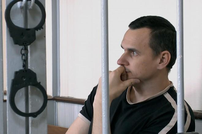 """Le réalisateur russe Oleg Sentsov condamné à 20 ans de réclusion pour """"terrorisme"""""""