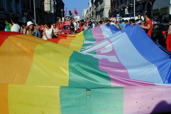 Renzi survives civil union vote