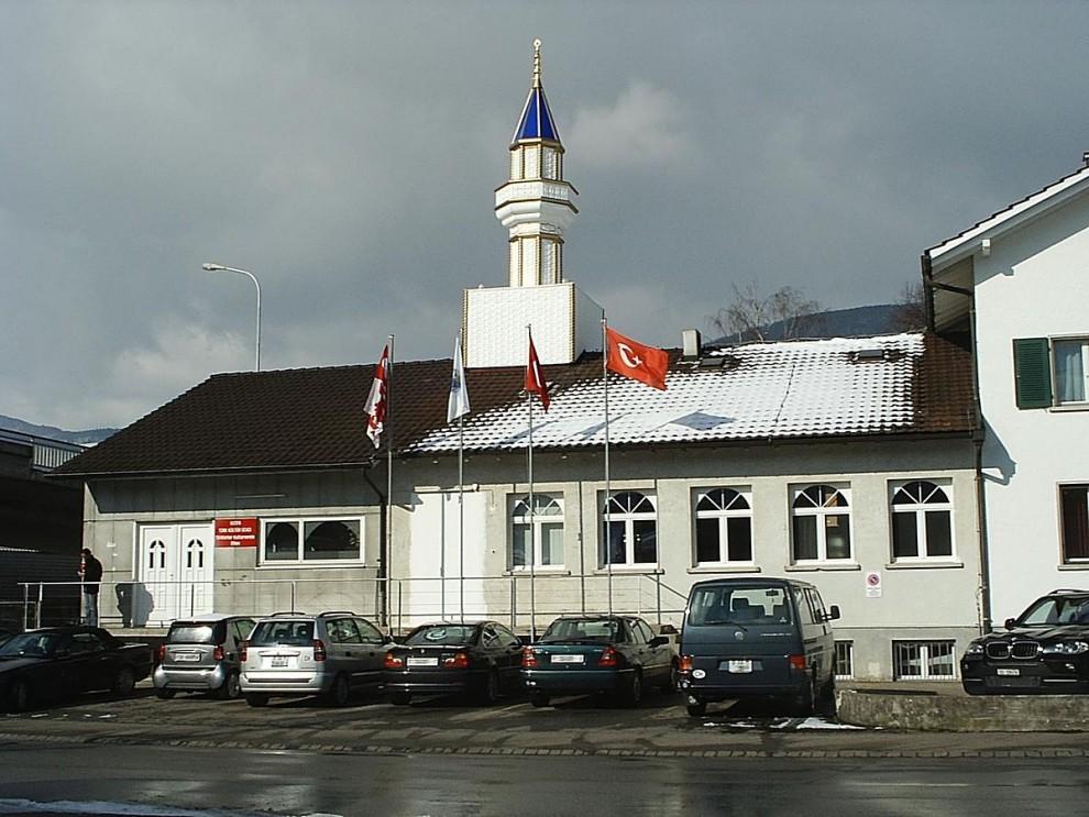 Swiss Muslims face fuss over school handshake
