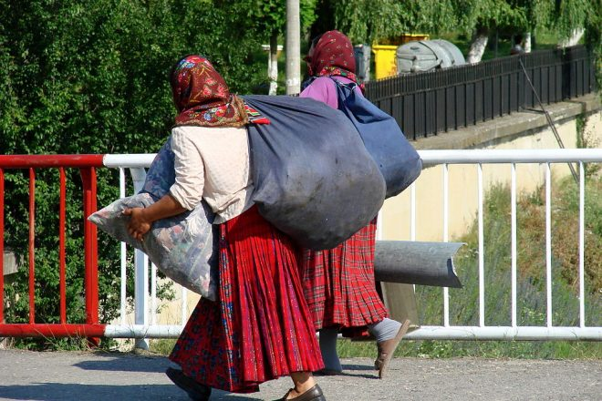 Mob forces Roma to flee