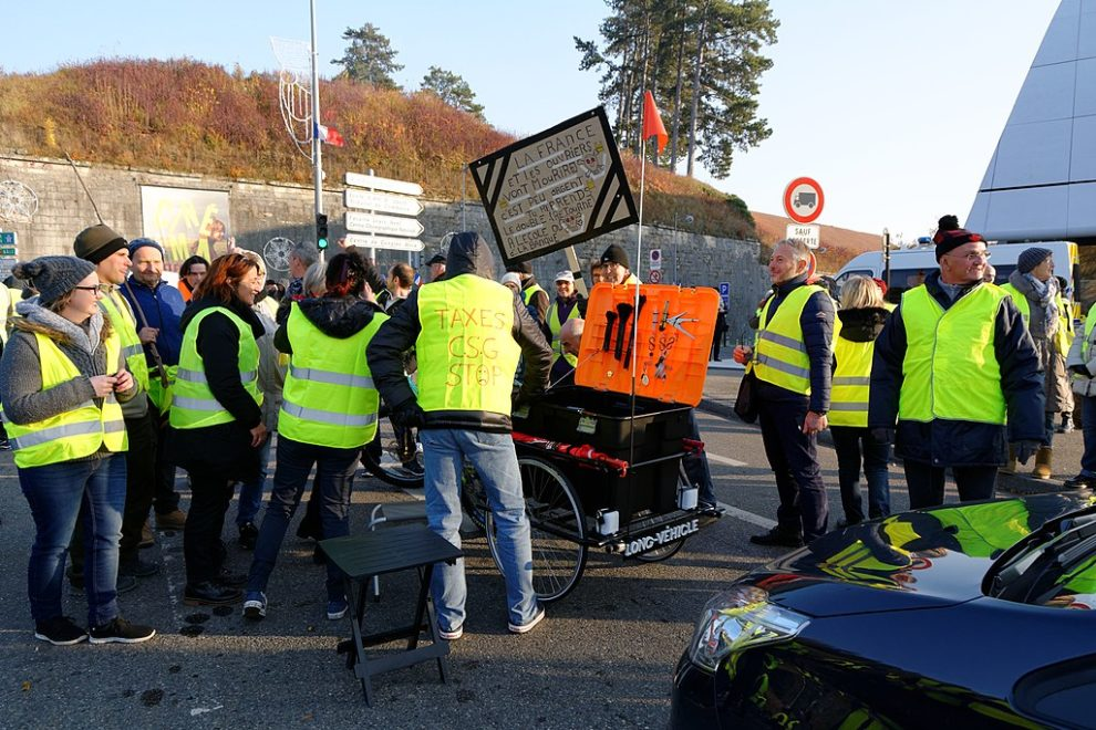 Yellow vest numbers fall as organisers prepare to target Paris