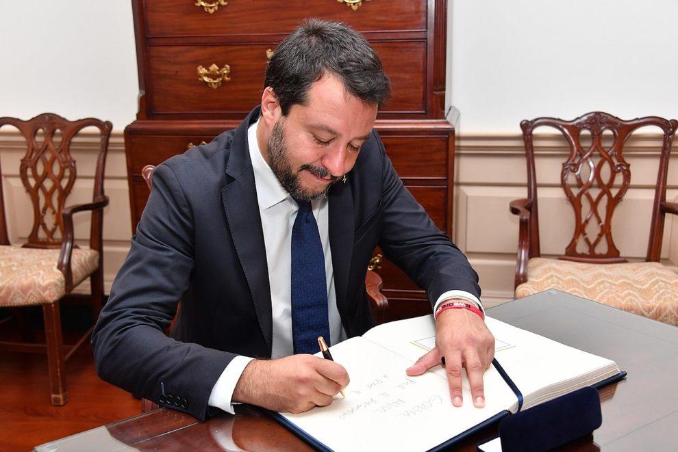 Démissionnaire, Conte tire à boulets rouges sur Salvini
