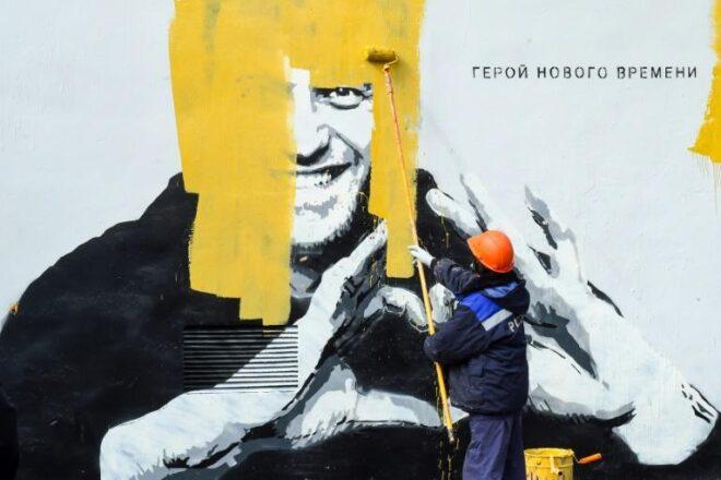 Les autorités russes recouvrent une grande fresque à l'effigie de Navalny à Saint-Pétersbourg